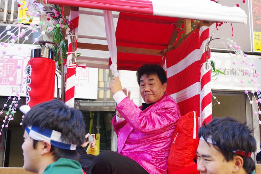 ご機嫌で宝恵駕から手を振る横山ひろし(1月10日・大阪市)