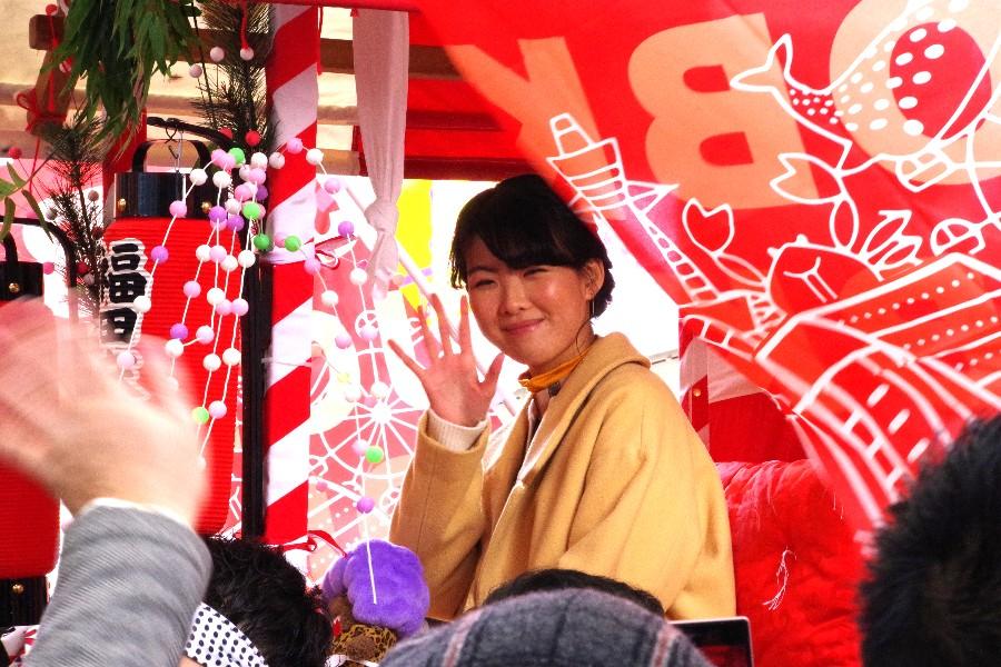 宝恵駕に乗って沿道の声に笑顔で応じる福田麻由子(1月10日・大阪市)