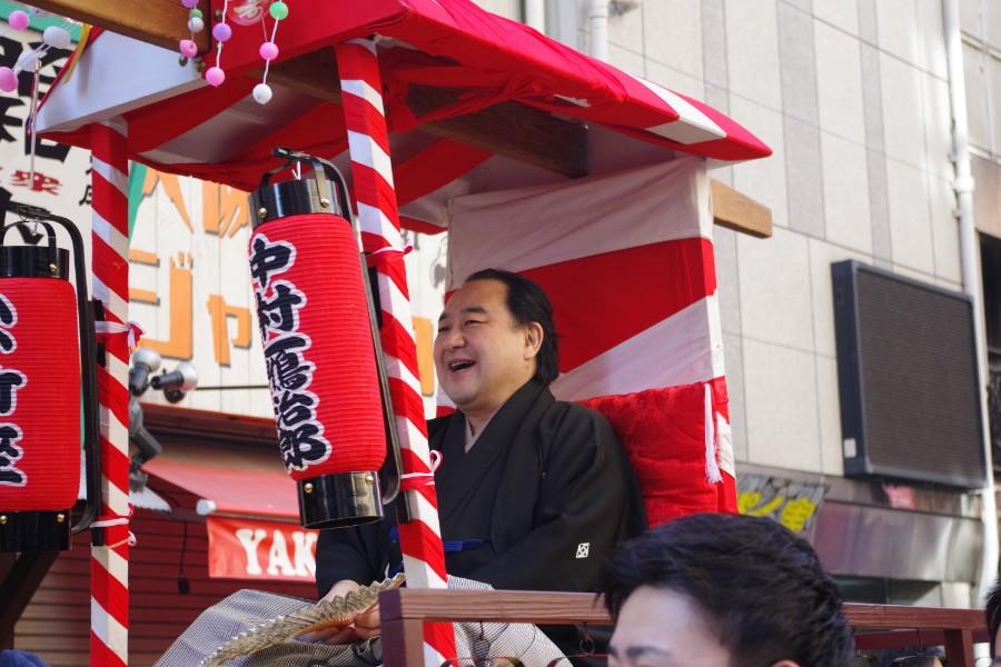 宝恵駕に乗り笑顔を見せる中村鴈治郎(1月10日・大阪市)