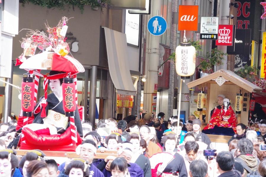 芸者や文楽人形などが乗り、賑やかに戎橋商店街を行進した宝恵駕行列(1月10日・大阪市)