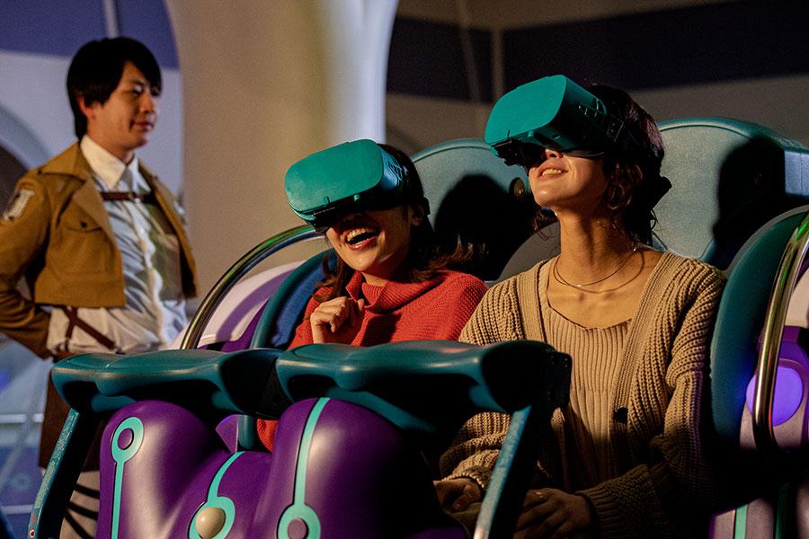 VRを装着し、乗り込むゲスト