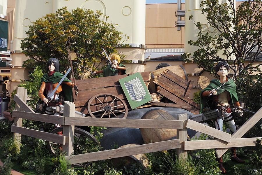 入り口には、VR映像内で乗車する馬車、エレン、ミカサ、アルミンのオブジェが展示されている