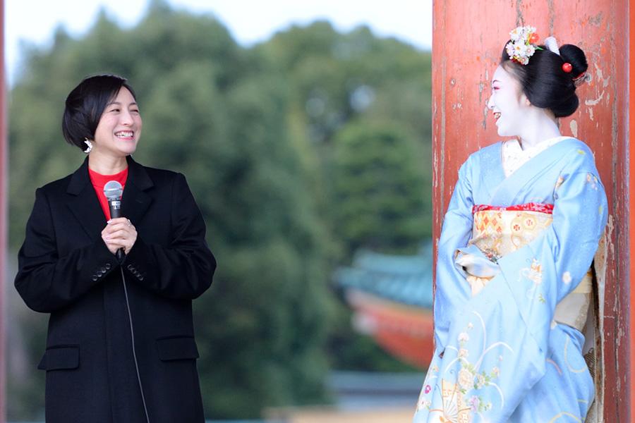宮川町の舞妓に「おおきに〜」とお礼を伝えて、笑い合う広末涼子