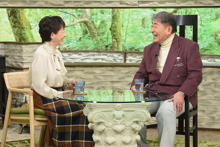 阿川佐和子と談笑する毒蝮三太夫(写真提供:MBS)