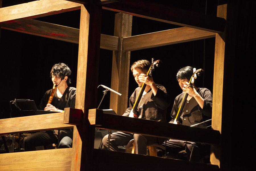 舞台『狭間の轍』東京公演より、中央が小山豊 写真/MASA HAMANOI