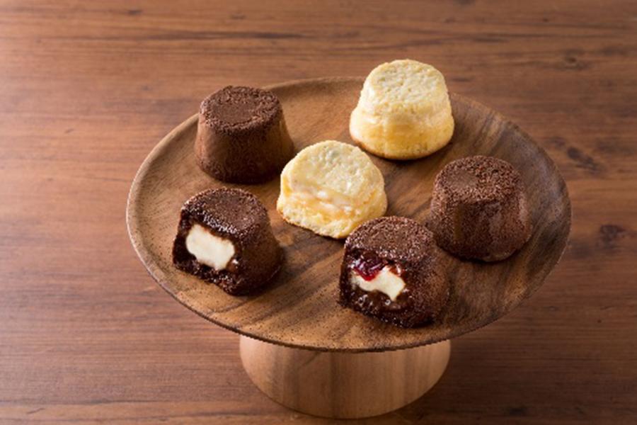 チーズクリーム入りチョコケーキの「フォンダンチーズ」(各セット1944円)