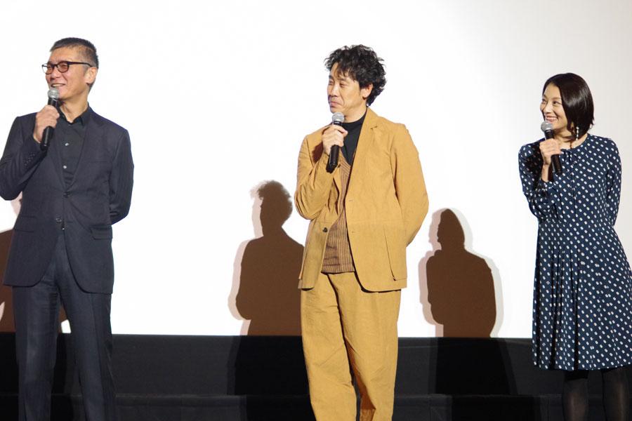 お互いの思いを確かめ合った成島出監督(左)と小池栄子。中央は主演の大泉洋(1月29日・大阪市内)