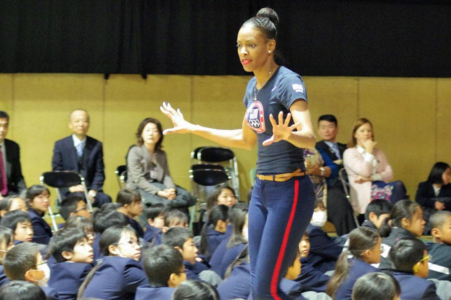 長身で鍛え抜かれた体は無駄がなく、飛び跳ねるように歩くその姿はとてもエネルギーに溢れるディーディー・トロッターさん(2月19日・大阪市内)