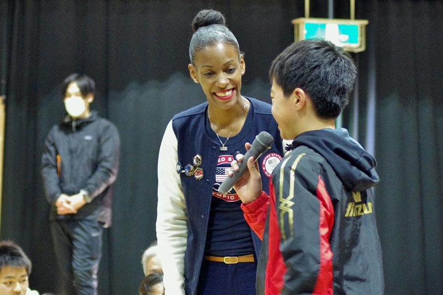レクリエーションで自分の夢を伝えあった生徒ら。トロッターさんと一緒に「You can do it!(あなたならできる)!」と全員でエールを送った(2月19日・大阪市内)