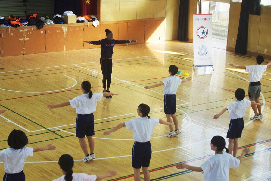 大阪市立「墨江丘中学校」陸上部の生徒らに指導するディーディー・トロッターさん(2月19日・大阪市内)