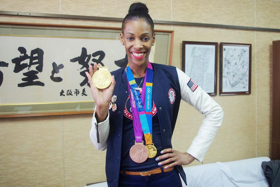 自身がオリンピックで獲得したメダルを手にするディーディー・トロッターさん(2月19日・大阪市内)