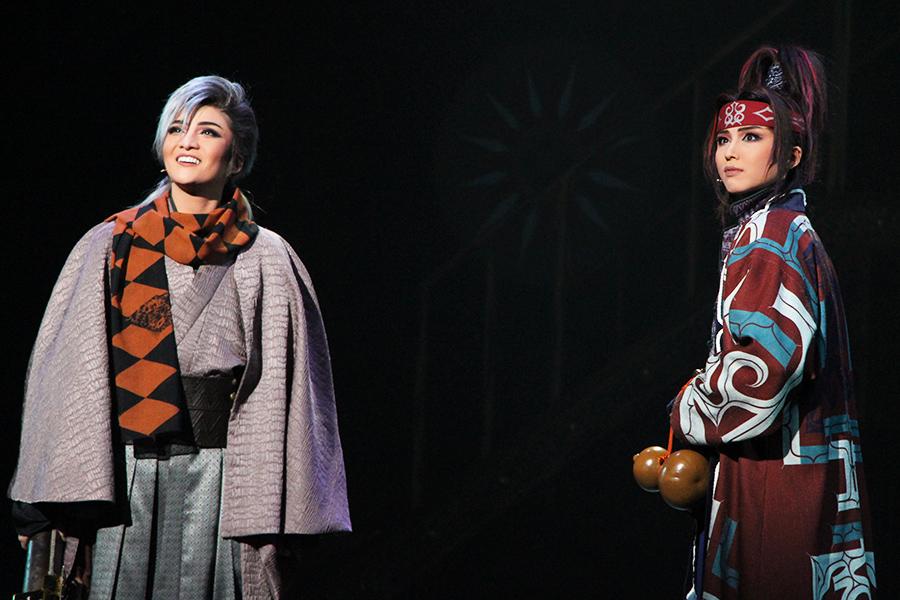成長著しい男役・暁千星(右)が、カゲヤスと幼い頃に天文学を学んだリンゾウを豪放な味を出して好演