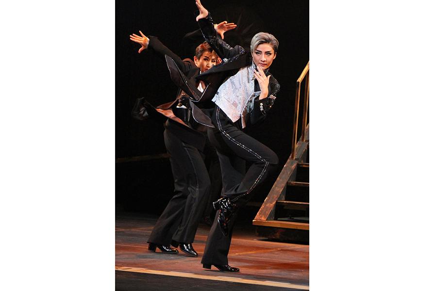 フィナーレの男役群舞。抜け感のあるクールな振付を、抜群のセンスで踊る鳳月杏