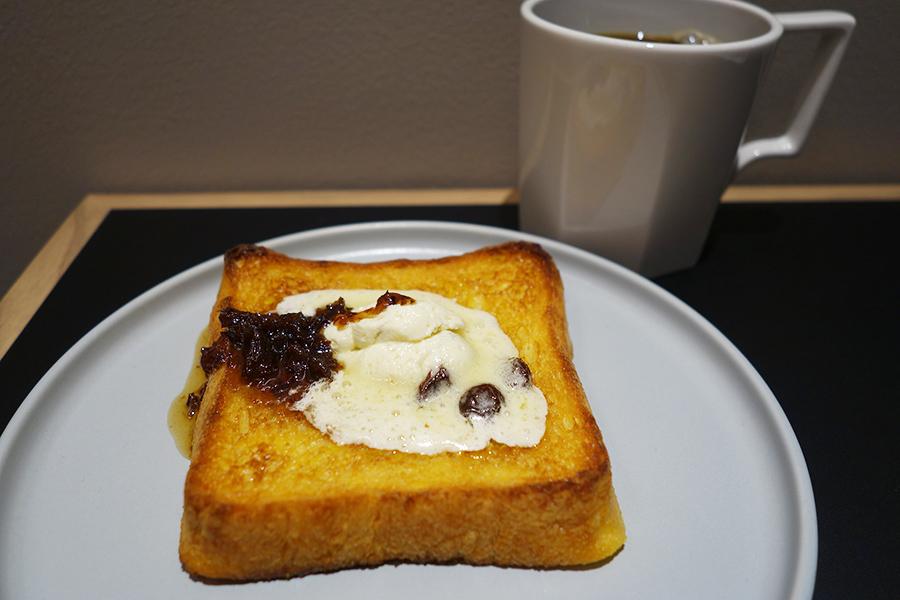 ラムレーズンフレンチトーストと、ラムレーズンブレンドのコーヒー