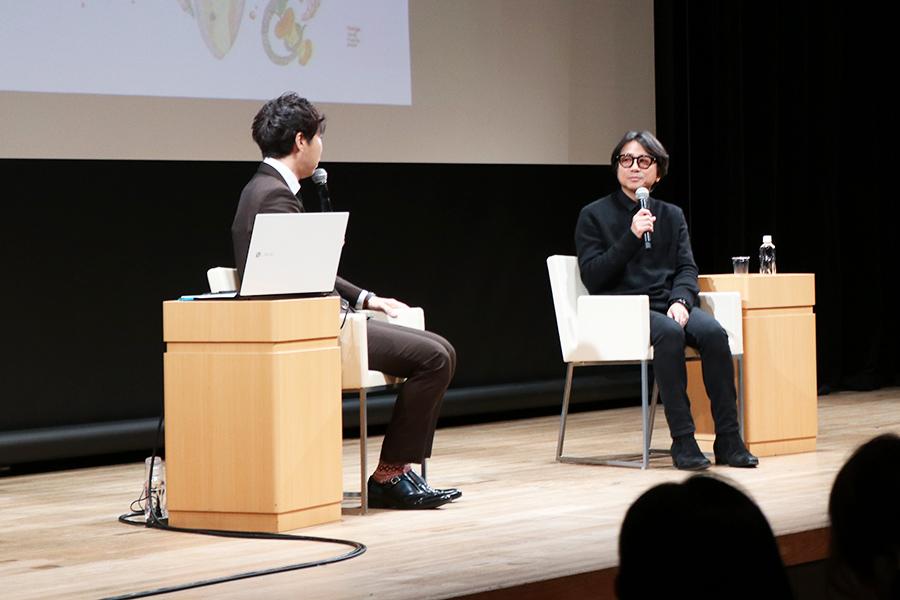 トークショーで、アートについて語る藤井フミヤ(2月18日・大阪市)