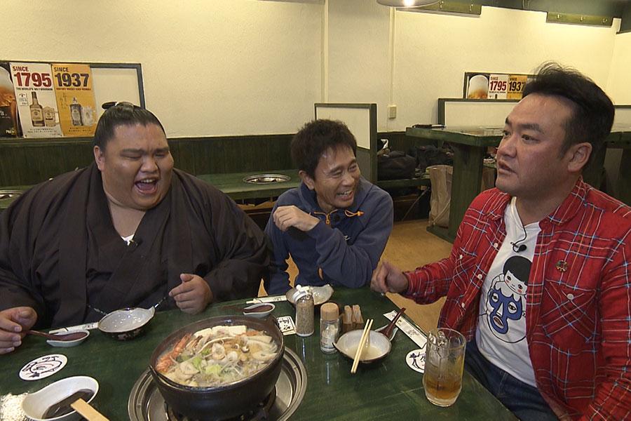 ちゃんこ鍋の専門店で浜田と御嶽海を待ち構えていたたむらけんじ(写真提供:MBS)