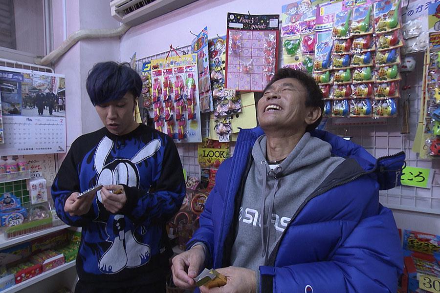 小学生の放課後の定番スポット・駄菓子屋で(写真左から早乙女太一、浜田雅功)(写真提供:MBS)