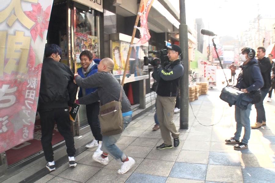 浜田のムチャぶりにより劇場に突撃するも、スタッフに制止される早乙女太一(写真提供:MBS)