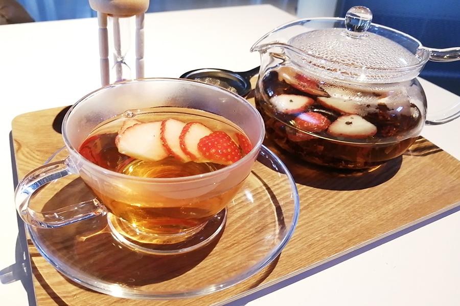 いちごティ550円。あえて味が薄めのダージリンの茶葉をセレクトし、香の高い品種である「かおり野」といういちごをたっぷりと