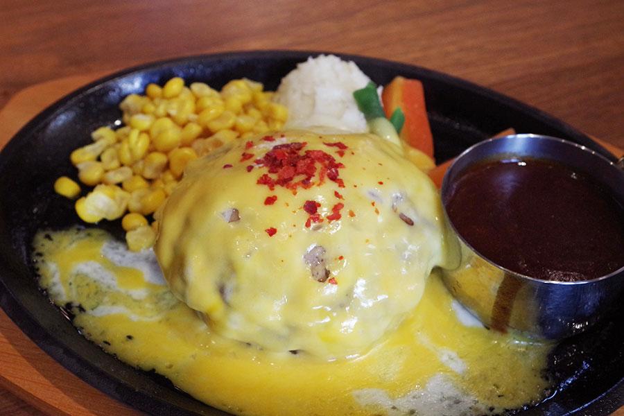 デミグラスソースのハンバーグ1380円に、チーズをトッピング+200円(共に税別)