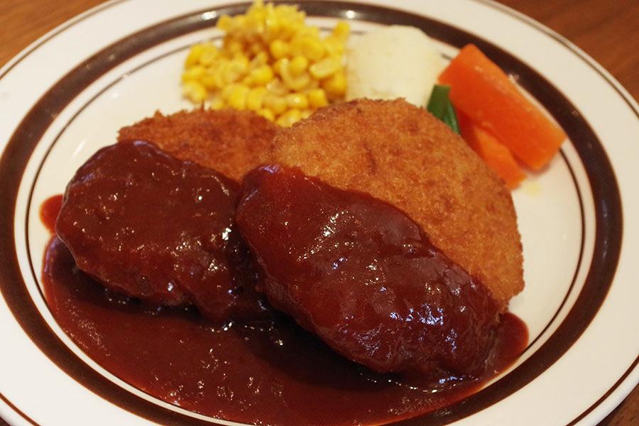 レストラン大宮で女性に人気のメンチカツ1200円(税別)。ボリュームはあるが、野菜たっぷりなので食べやすい