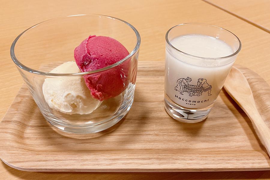 カシスシャーベットとバニラアイスクリームに温かい甘酒をかけ、溶かしながら食べる「カシスとバニラの甘酒アフォガード」(550円)