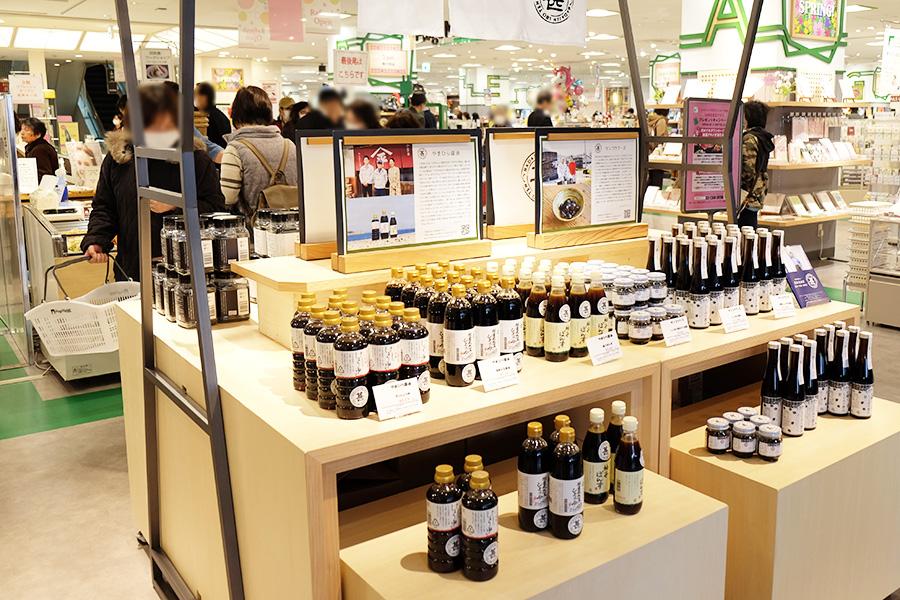 「羽田甚商店」では、全国からセレクト調味料や食材が並ぶ