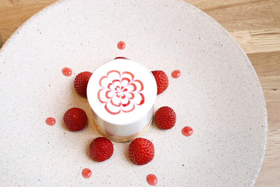 「メイン」は、徳島産のさちのかを使用したショートケーキ仕立て。いちごを最高の状態でいただけるスペシャリテ。甘すぎないクリームとしっとりしたスポンジがいちごを引き立てる