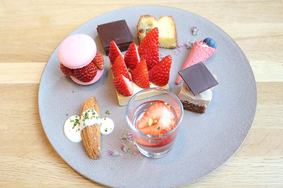 「アテムプトゥ」とは、小さなケーキの盛り合わせ。いちごを使用したもののほかに、チョコケーキなども。一緒にいただくドリンクは日本茶、中国茶、紅茶の中から選ぶことができる