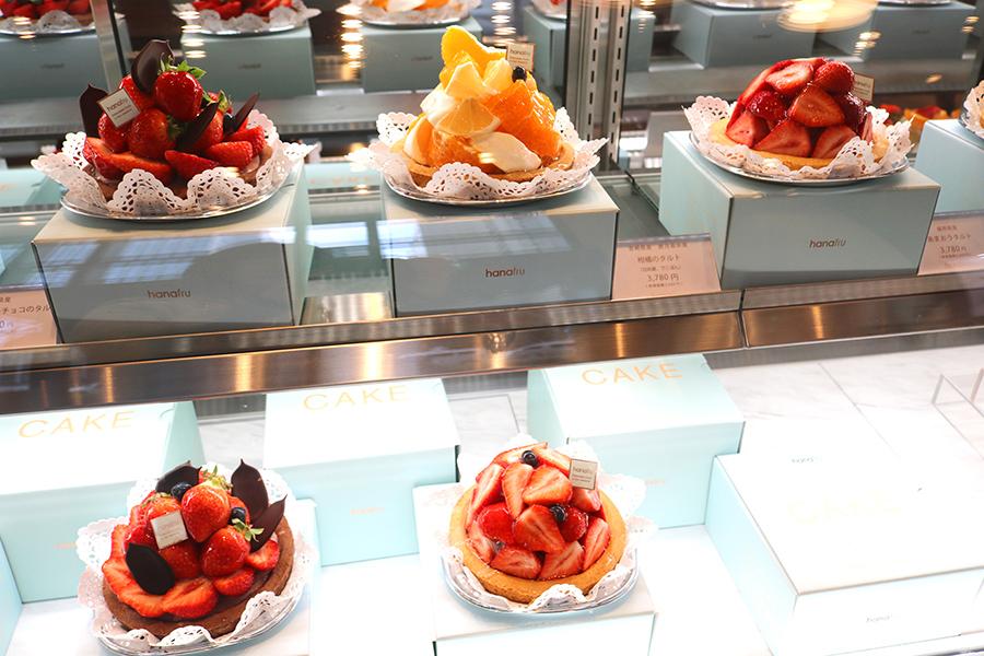 店内ではフルーツを使用したケーキ(4000円〜)やギフトフルーツも販売。ショーケースのケーキはテイクアウトのみ