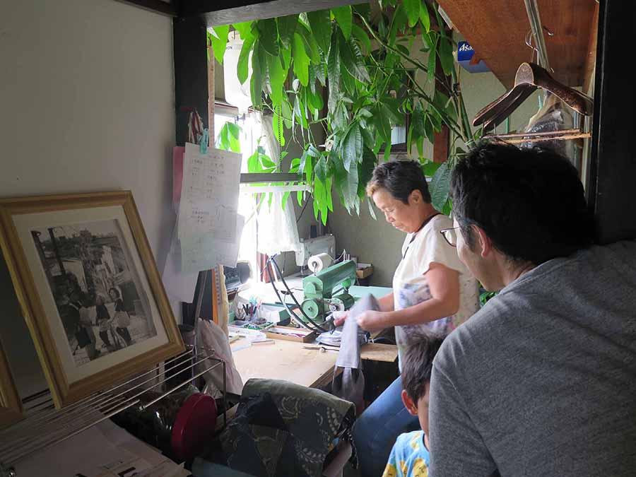 本展に先立ち、花岡伸宏が大阪市西成区でおこなったリサーチの様子