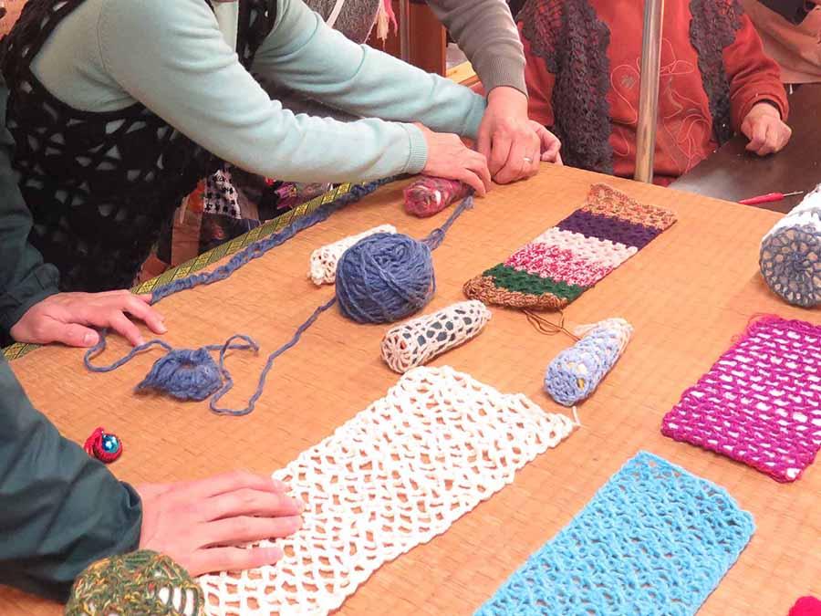 女性たちの手芸に注目し、木彫のカバーを編みものの技術で創作してもらうことに
