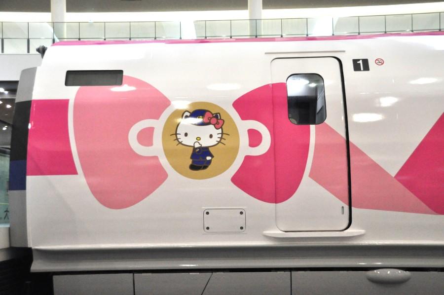 ラッピングされた博物館内の500系新幹線は運行中の「ハローキティ新幹線」とは少しデザインが異なる(2月22日・京都鉄道博物館)