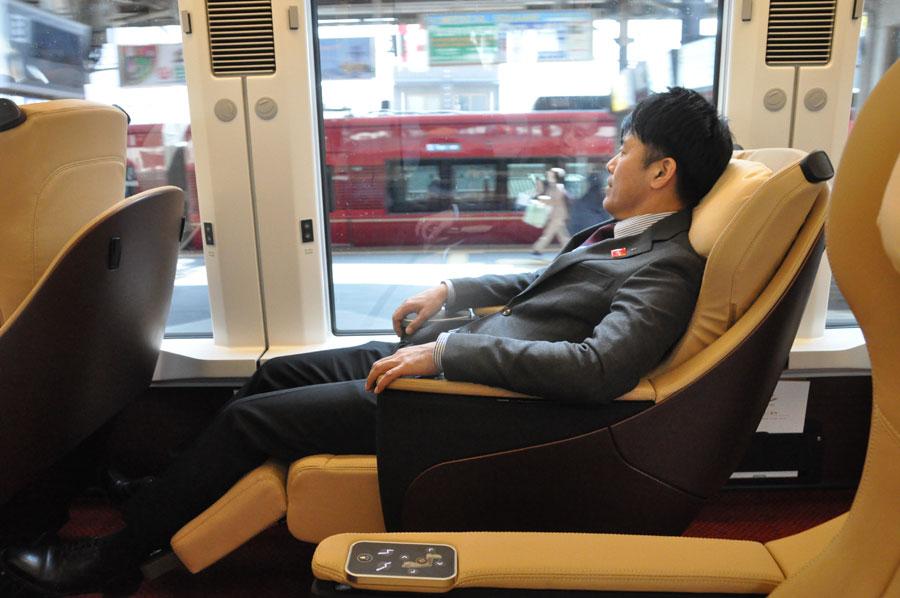 最大リクライニング位置までカバーで覆われ、前の席が大きく倒されてもストレスを感じない(2月5日)
