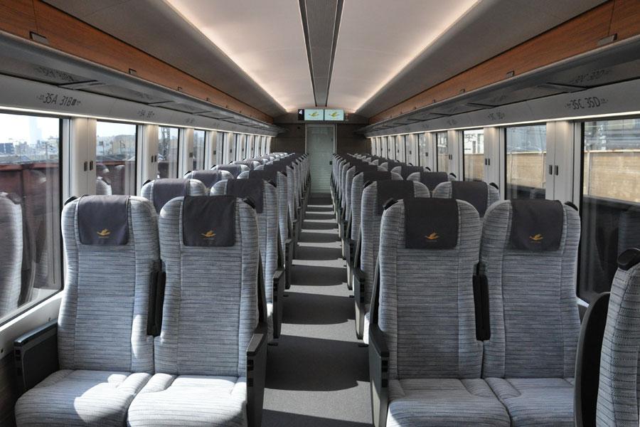 全席4列シート(一部3列あり)のレギュラー車両も座席間は広い(2月5日)