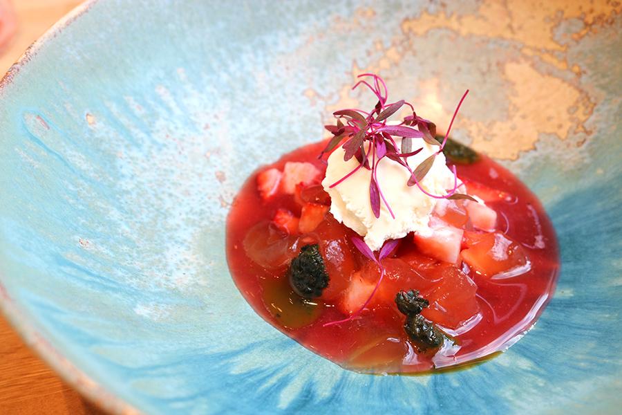 ラベンダーとミントの風味を纏った「スープ」。トマトのジュレといちごの相性も良い。取材時は、徳島産さちのかを使用