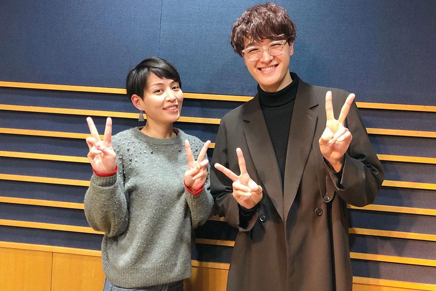 FM OH!『LOVE FLAP』にゲスト出演した海蔵亮太(右)とDJの川崎亜沙美(19日・大阪市内)