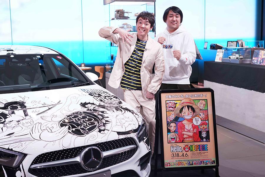 (左から)「ブンバボン」ポーズを披露する小林よしひさ、ワンピースの編集担当・内藤拓真さん(21日・大阪市内)