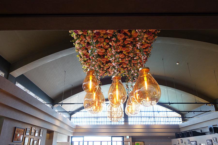 1階のレストランエリアの天井