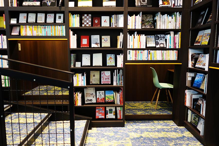 本棚の合間のおこもりスペース。イスと机が準備されている