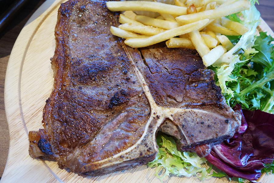 レストランで楽しめる豪州産ビーフTボーンステーキは400g2450円