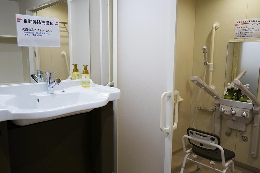 ユニバーサルデラックスツインルームは、お風呂気分を味わえるシャワーミスト、高さを調整できる洗面台など、さまざまな工夫が凝らされている