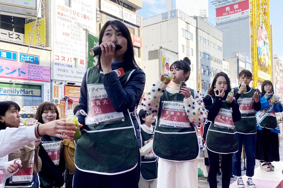 主催の大阪海苔協会によると、1人3分ほどで食べられると入賞圏内なのだそう(2日・大阪市内)