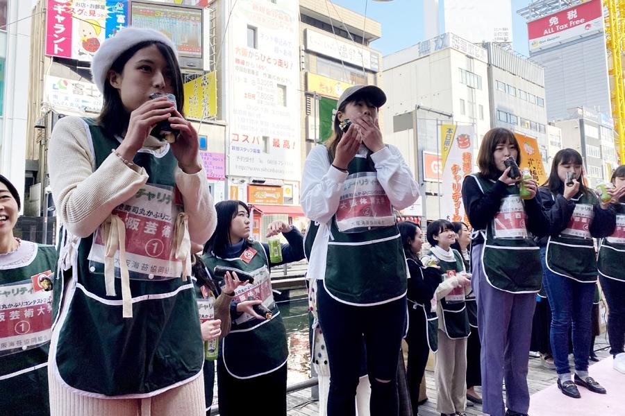 今年の恵方・西南西を向いて巻き寿司をかぶりつく女子大生たち(2日・大阪市内)