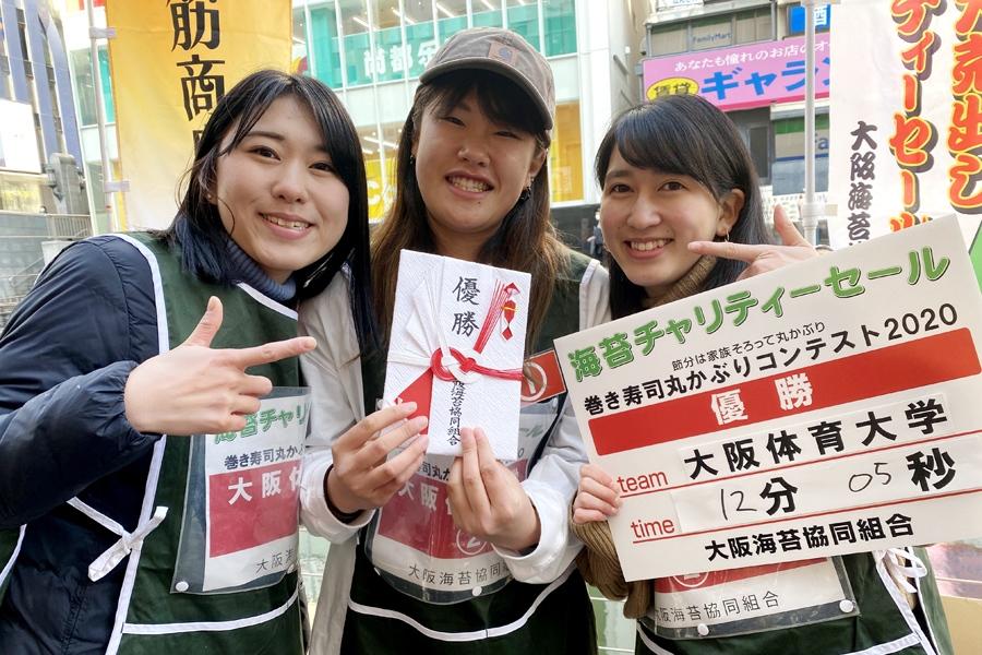 優勝した大阪体育大学チーム。練習のときは、カットされていない巻き寿司を近所のスーパーにお願いして作ってもらったのだとか(2日・大阪市内)