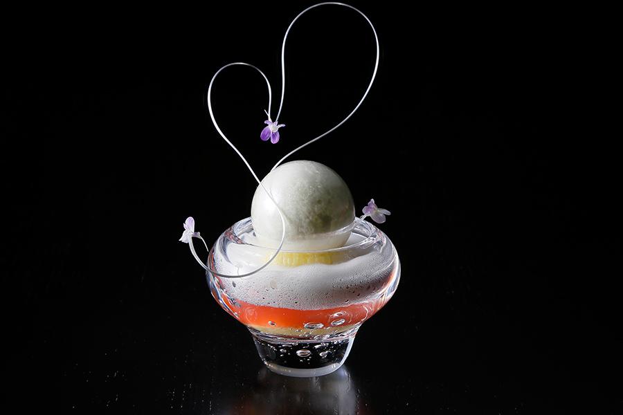スイーツ「MIKIMOTO〜春の装い〜」では真珠を表現