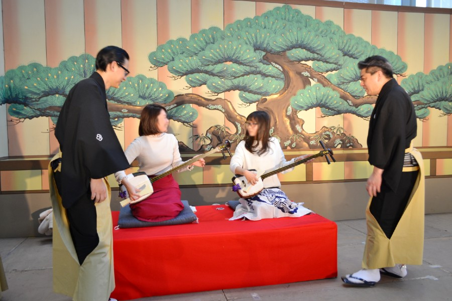 例年人気を集める太夫、三味線、人形遣いら出演者と触れ合う体験コーナー 提供:大阪市