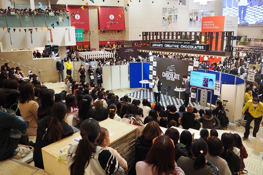 多くのファンが集まった岡本信彦のトークショー(1日・阪急うめだ本店)