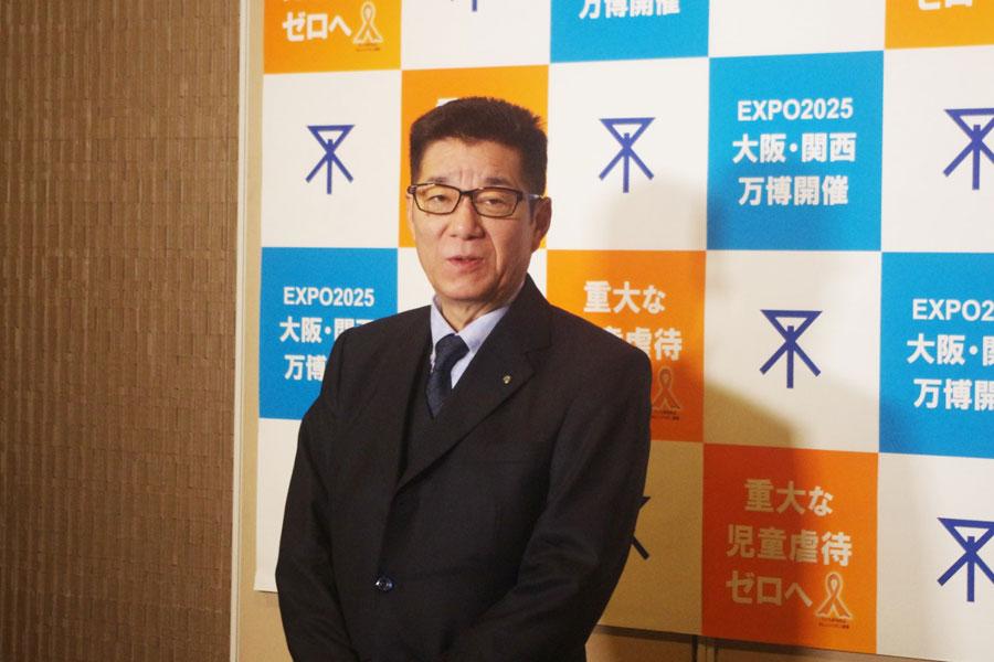 囲み取材に対応し、RFPについて語る松井一郎市長(2月17日・大阪市役所)