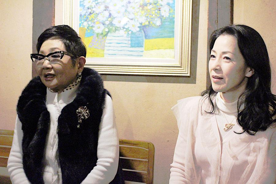 ロケを「本当にピン子さんと三田村さんと楽しんだ」と話す坂本冬美(右)と突如「実は先祖が和歌山県の勝浦」であることをカミングアウトした泉ピン子(2月19日・奈良市内)